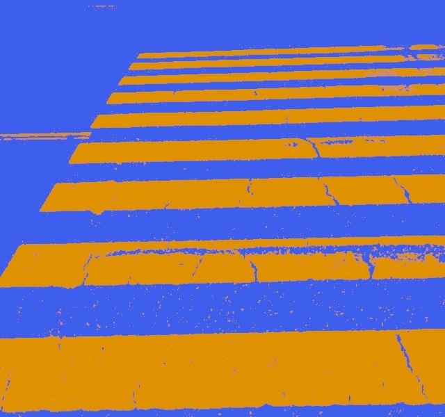 横断歩道はオレンジ色