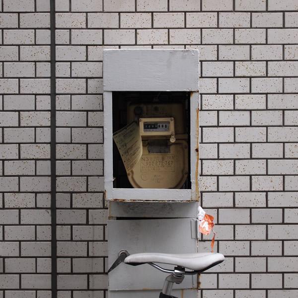 壁に血しぶきがある危険な場所でガスたんは隠れている。