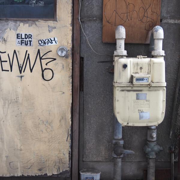 ガスたん、汚いドアを守る。