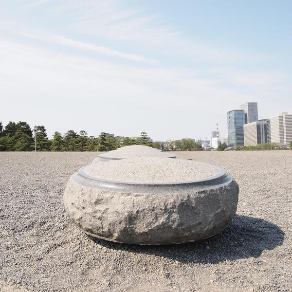こ青空の下、石が連なる。