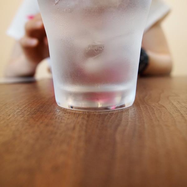 空気中の水分がコップに集まり、空間をぼかす。