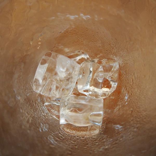 氷が溶けながら空気を冷やす。