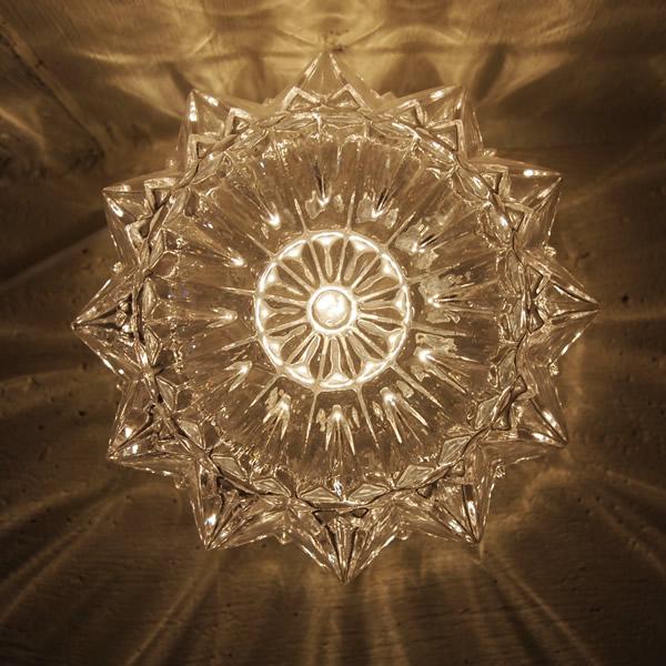 ガラスといい、雪の結晶といい、透明はキレイだ。
