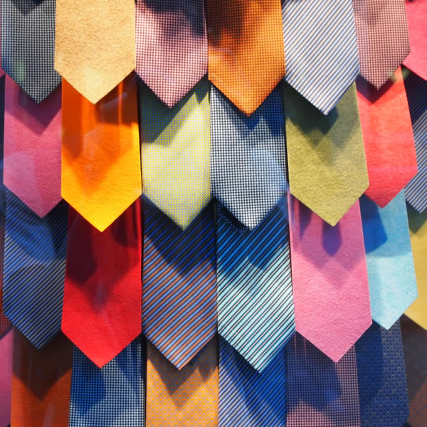 ネクタイをたくさん飾るとウロコのようになる。